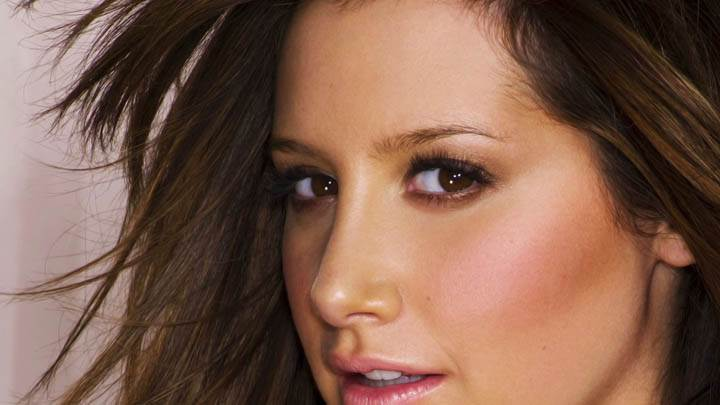 Ashley Tisdale Face Closeup, Pink Lips & Cute Eyes