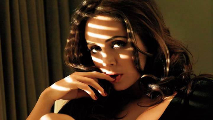 Eliza Dushku Finger In Hand Seductive Pose