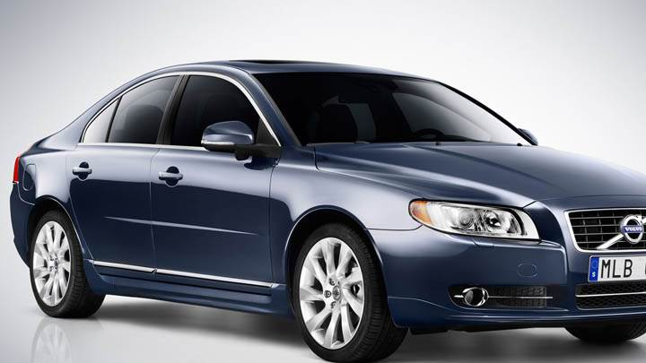 Front Pose of Volvo S80 2012