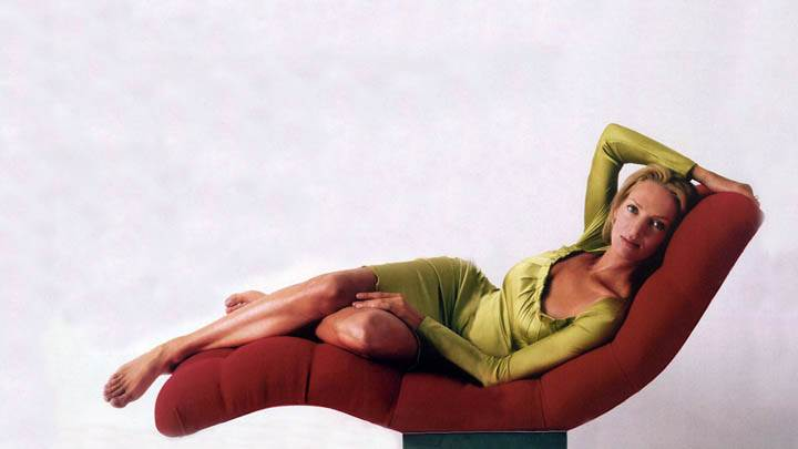 Uma Thurman Laying Pose On Sofa Set In Green Dress