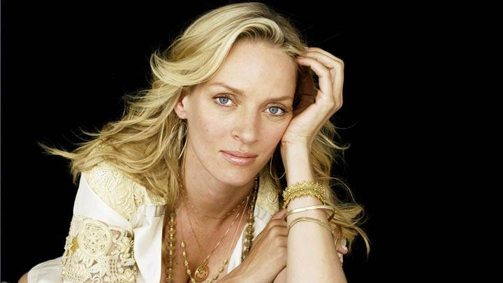 Uma Thurman Sitting Pose In Gold Jewellery