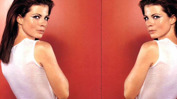 Yasmine Bleeth Mirror Wallpaper In White Dress