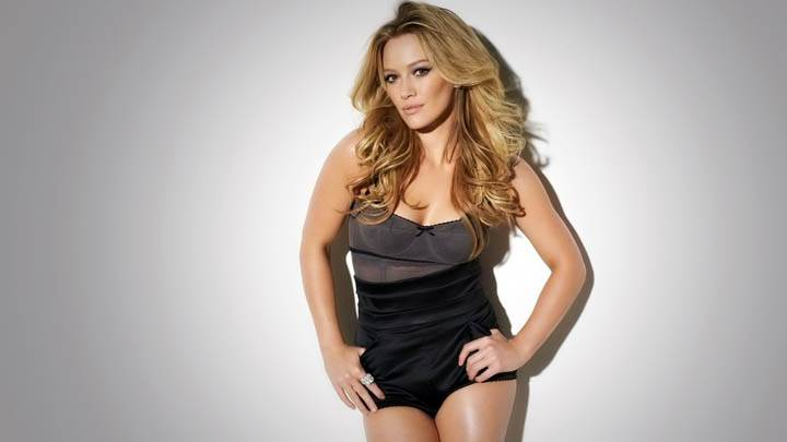 Hilary Duff Pose In Black Dress
