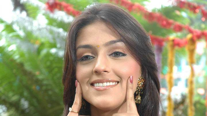 Aarti Chhabria Fingers on Cheeks