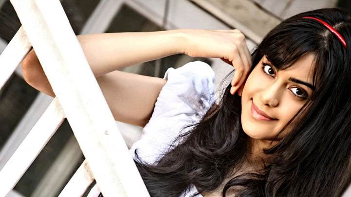 Adah Sharma Cute Eyes & Smiling Pose