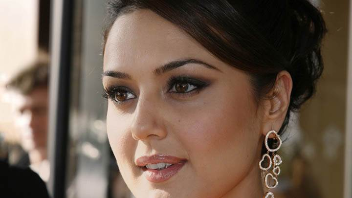Preity Zinta – Ultra Face Closeup At Airport