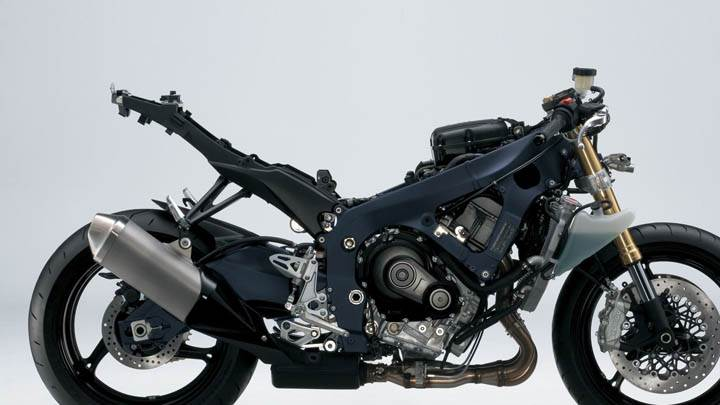 Suzuki GSX R750 Side Pose in Black Color
