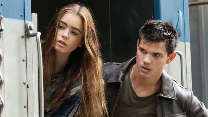 Abduction – Taylor Lautner & Lily Collins Looking Somthing