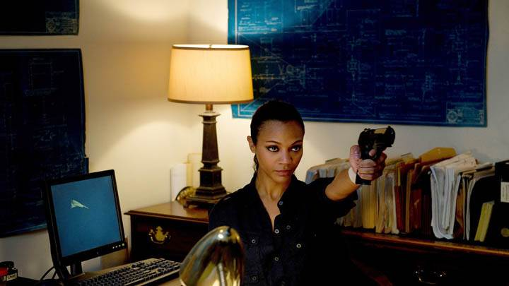 Colombiana – Zoe Saldana Holding A Gun In Office