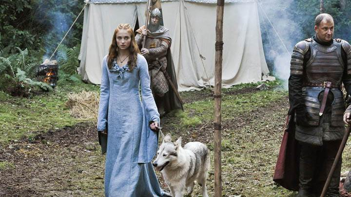 Game Of Thrones – Sophie Turner In Long Blue Dress With Dog