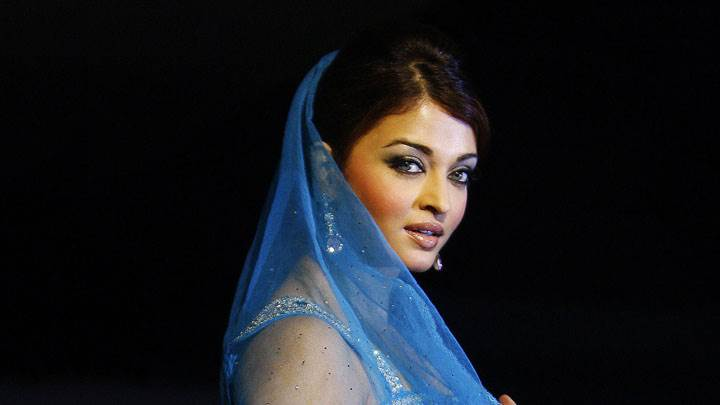 Aishwarya Rai In An Event And Smiling
