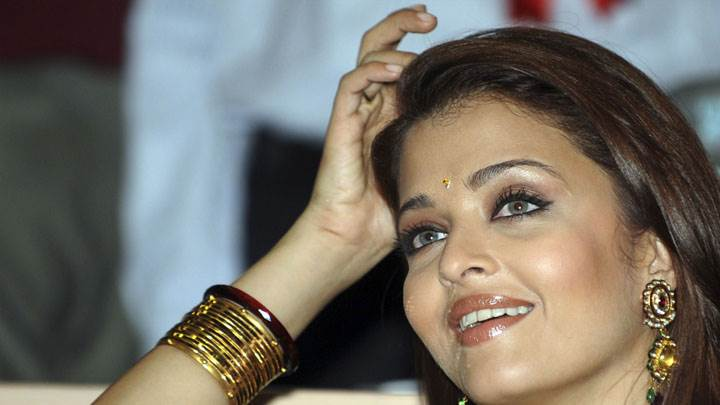 Aishwarya Rai In Indian Jewellery Smiling