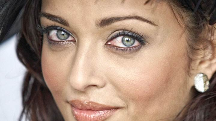 Aishwarya Rai Red Eyes And Smiling
