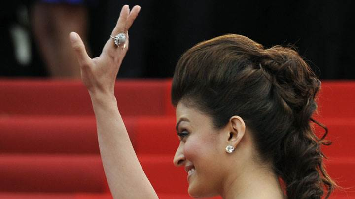 Aishwarya Rai Saying Hi To Public