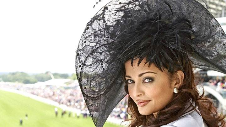 Aishwarya Rai Side Face Pose In Stadium