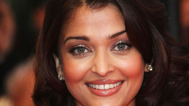Aishwarya Rai Smiling And Looking At Camera