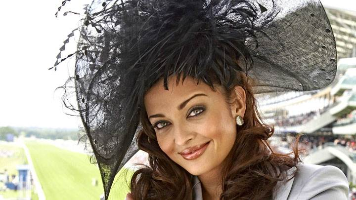 Aishwarya Rai Smiling In Stadium