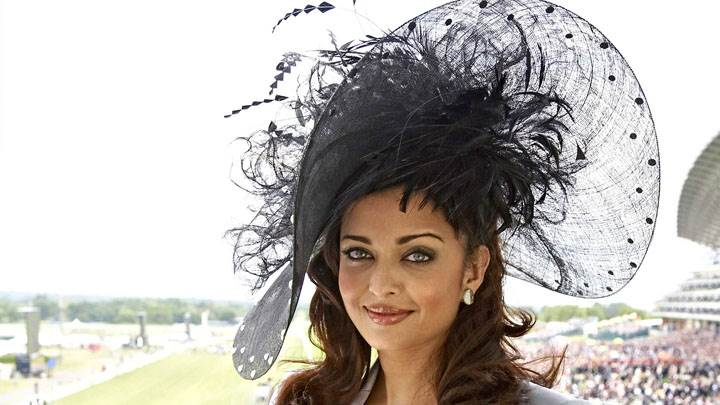 Aishwarya Rai Wet Red Lips Smiling at Stadium