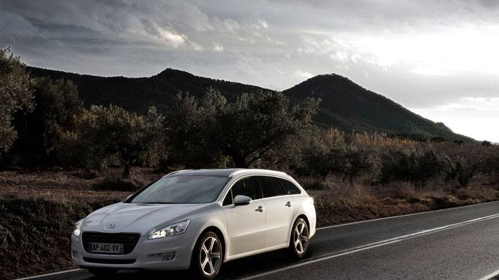 Peugeot 508 SW Stopped on Highway