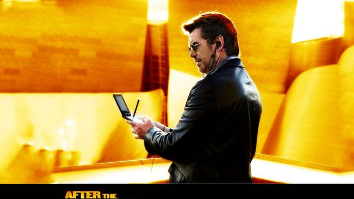 After The Sunset – Pierce Brosnan Mobile In Hand In Black Jacket