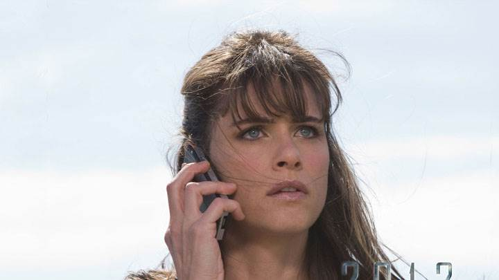 2012 – Amanda Peet Talking On Mobile Phone