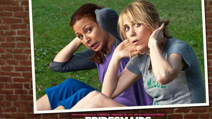 Bridesmaids – Maya Rudolph And Kristen Wiig Sitting In Garden