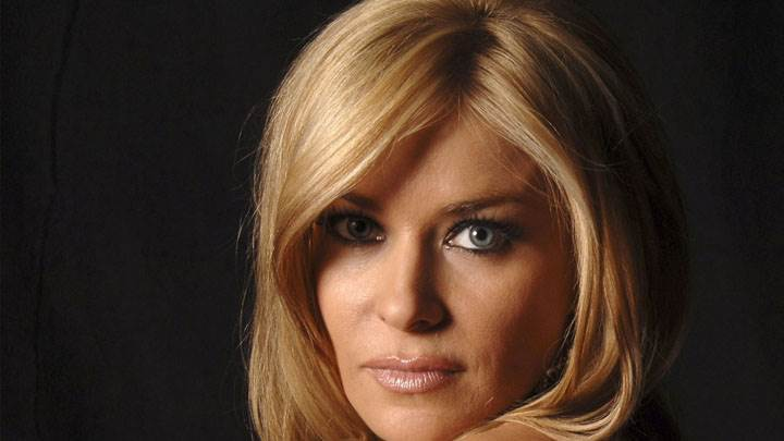 Carmen Electra Golden Hairs And Looking Front Face Closeup