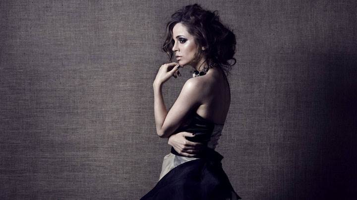 Eliza Dushku Side Back Modeling Pose