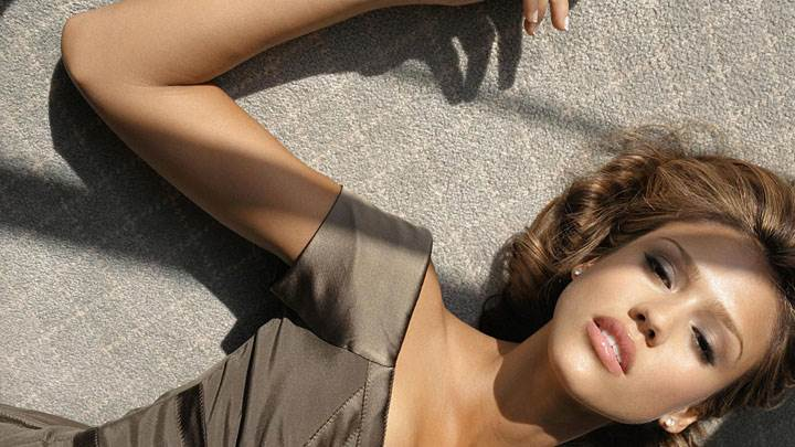 Jessica Alba Cute Face And Laying On Ground