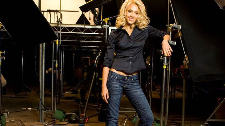 Jessica Alba In Black Top Blue Jeans On Stage