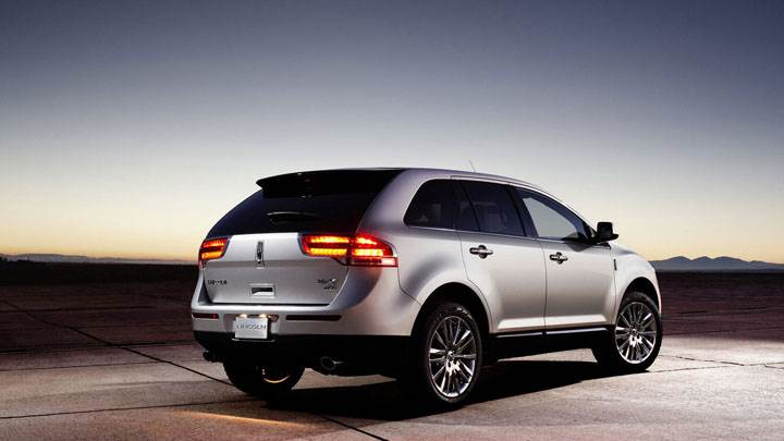 Lincoln MKX Side And Back Pose in Silver