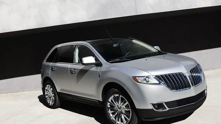 Side Front Pose of Lincoln MKX