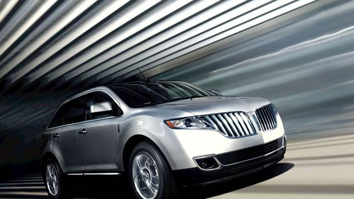 Silver Lincoln MKX Side Pose