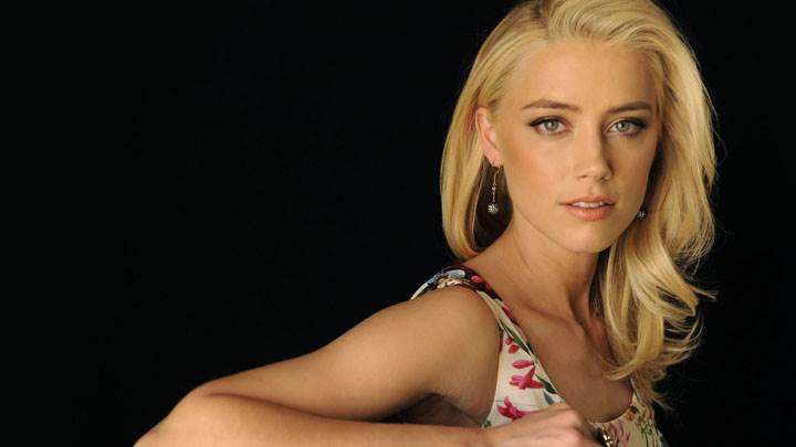 Amber Heard In Golden Hairs Sitting Pose And Black Background