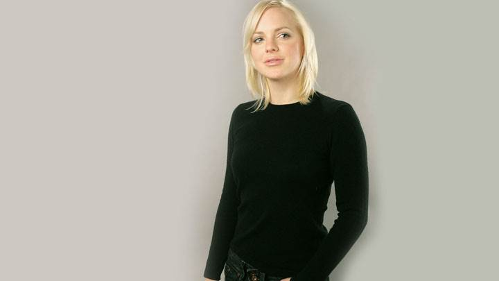 Anna Faris Smiling Pink Lips Golden Hairs In Black Top N Jeans