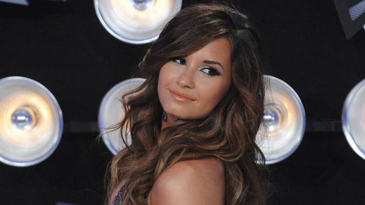 Demi Lovato In Mtv Video Music Awards 2011 Looking Back And Side Pose