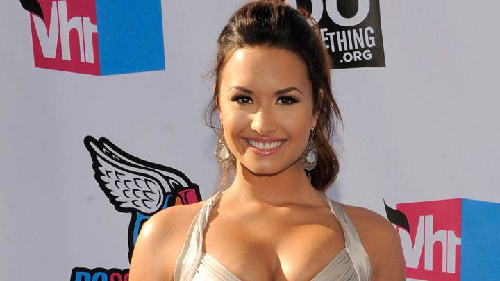 Demi Lovato Smiling Face And Wearing Long Earings In Vh1 Do Something Awards