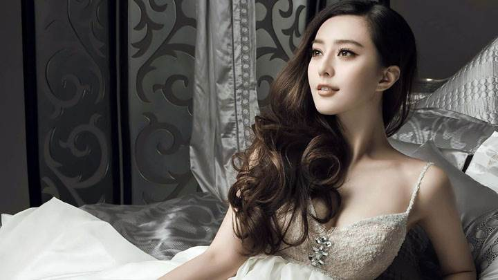 Fan Bingbing Cute Sitting Pose In White Long Dress