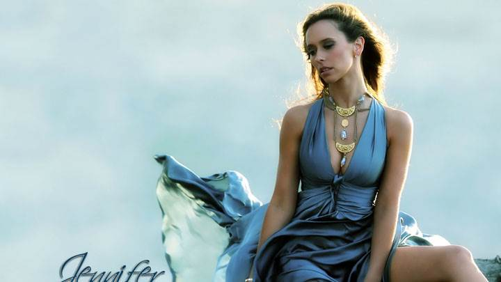 Jennifer Love Hewitt In Blue Dress Sitting Pose