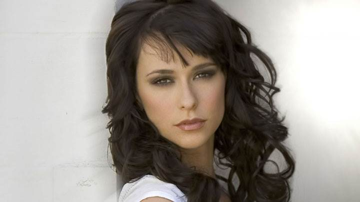 Jennifer Love Hewitt Looking Front Closeup Pose