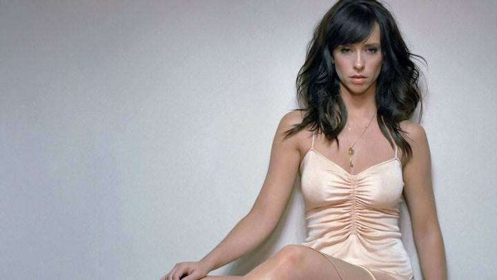 Jennifer Love Hewitt Looking Front In Lazy Sitting Pose