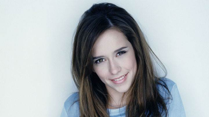Jennifer Love Hewitt Smiling And Closeup Pose
