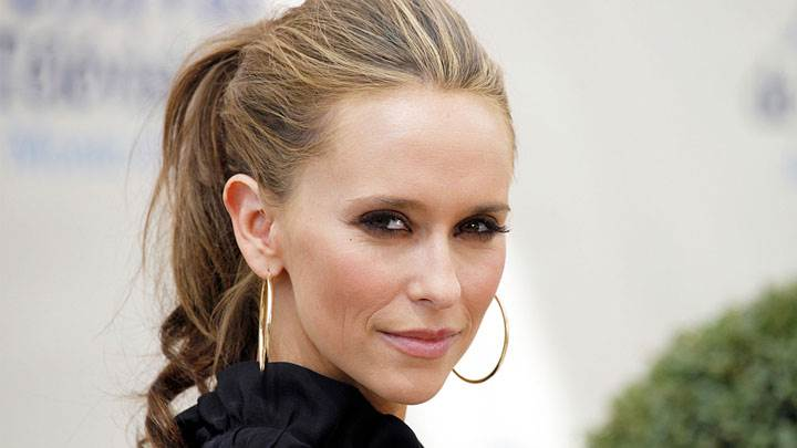 Jennifer Love Hewitt Smiling And Wear Earings
