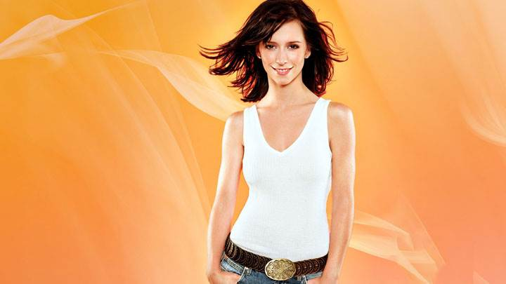 Jennifer Love Hewitt Smiling In White Top And Jeans