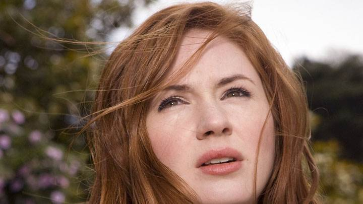Karen Gillan Looking Up Thinking Something Face Closeup