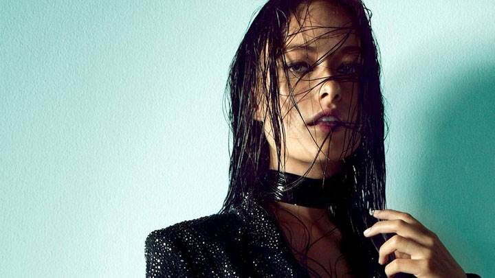 Olivia Wilde Looking Front In Black Coat And Wet Hairs