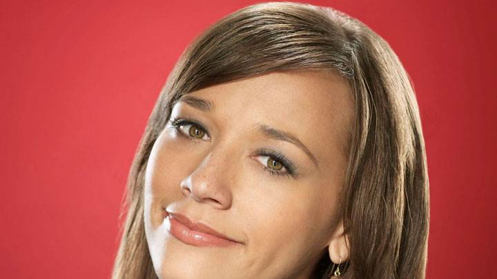 Rashida Jones Brown Eyes Smiling Face Closeup And Red Background