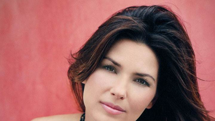 Shania Twain Pink Lips And Cute Eyes Face Closeup And Red Background