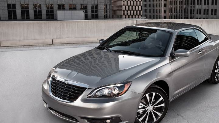 2011 Chrysler 200 S Sedan Side Front Pose In Grey