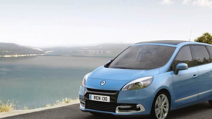 2012 Renault Scenic UK Front Side Pose In Blue